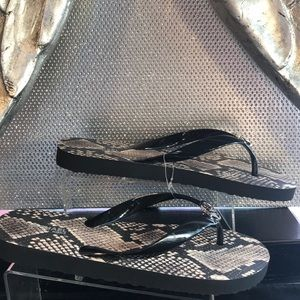 Michael Kors Flip flops Size 8 ❤️